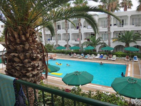 Hotel Emira : Udsigt fra 1.sal.vær.54 til poolområdet.
