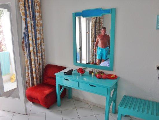 Hotel Emira : Slidte møbler, men de fungerer.