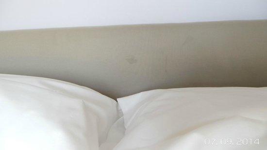 Resort Baia Scarlino: macchia su testata letto    :(