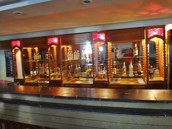 Hotel Emira: Fint udvalg af drikkevarer i baren til OK priser.Øl 15,-d.kr.