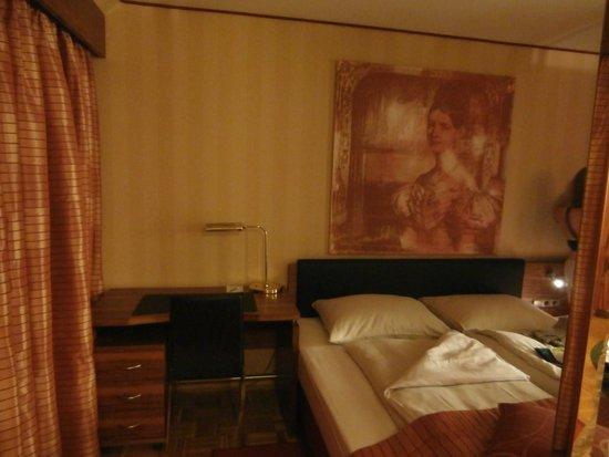 Derag Livinghotel An der Oper: Bed area