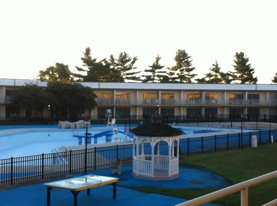 Lancaster Host Resort and Conference Center : Outdoor Pool in the Early Morning