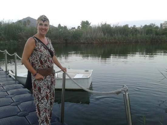 Eix Lagotel: lago y embarcadero