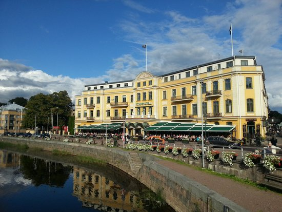 Elite Stadshotellet Karlstad: Hotel the side facing river Klarälven with the pub Bishop's Arms