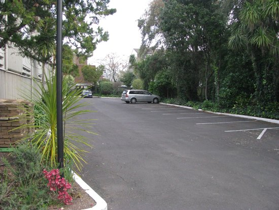 Auckland Rose Park Hotel: Car park