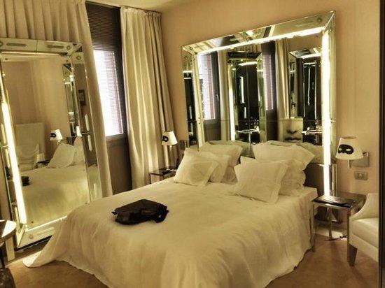 Palazzina G: Mirrors on every wall.