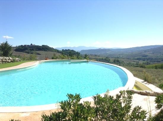 Relais Poggio del Sogno: Pool view towards Orvieto