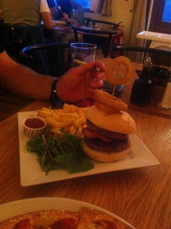 King's Head Pub: Delicious pork and apple burger amazing!!
