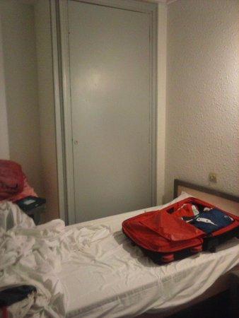 Will's Hotel: otro lado de la habitación , no había más espacio para hacer la foto