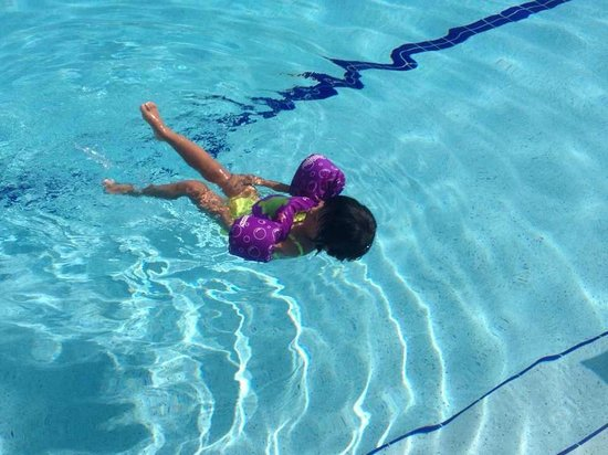 Doubletree Suites by Hilton Naples: Enjoying the pool