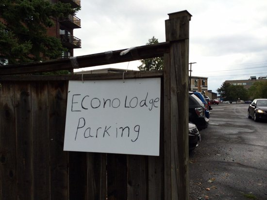 Econo Lodge City Centre: Finally found this dingy parking sign after driving around for 20 minutes