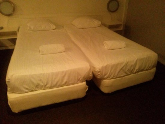 Grand Hotel Central: double room?? 3 single bed dirty un-hygenic room! mice smell anyone?
