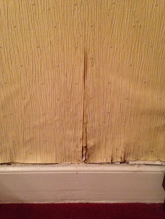 Ballantrae West End Hotel : wall paper pealing off and damp