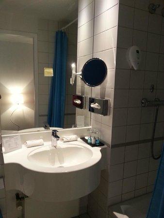 Wyndham Garden Duesseldorf City Centre Koenigsallee : Bathroom