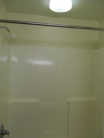 MainStay Suites: Tub/shower - light above was a little dim