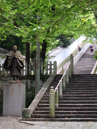 Chionin Temple: The flight of stairs to reach cemeteries
