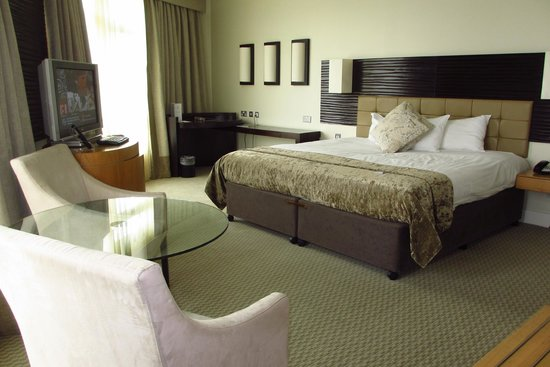 Cork International Hotel: Great spacious end-of-the-hallway room