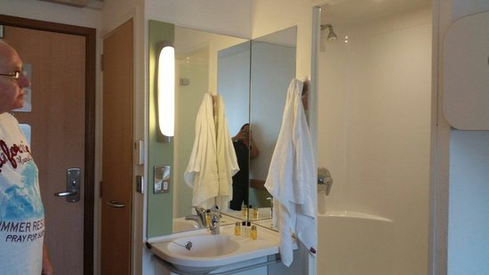 ibis budget Manchester Salford Quays: View showing sink, shower cubicle and toilet.