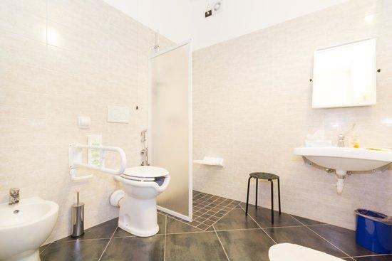 I bagni sono ampi, interamente nuovi e dotati di w.c., bidet, box ...
