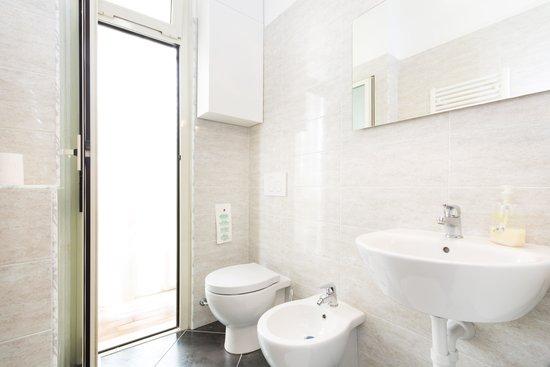 I bagni sono ampi interamente nuovi e dotati di w c bidet box