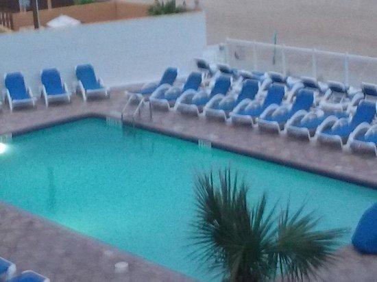 Tropical Winds Oceanfront Hotel : outdoor pool