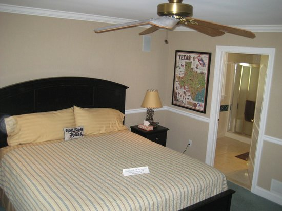 The Candle House Inn: Texas Room - King Size Bed