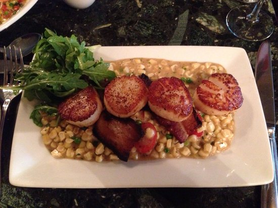 Bistro St. Michaels: Seared day boat sea scallops on a bed of corn and tomatoes with crisps of pork. So delicious!