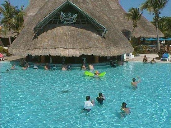 Barcelo Maya Caribe: Pool Bar