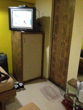 Treebo Arma Residency: Area in front of beds (bathroom door & dirty mat)