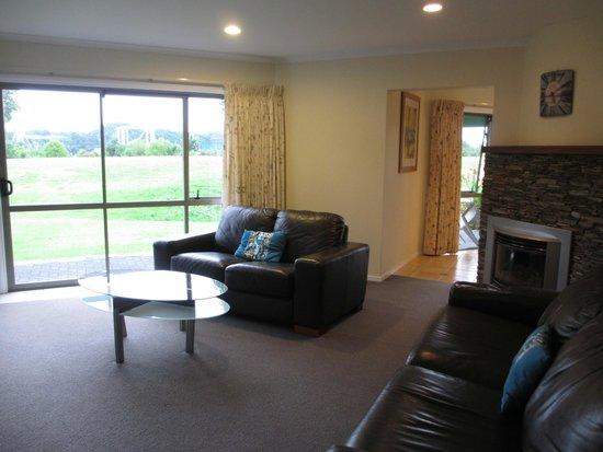 Breakers Motel: living room