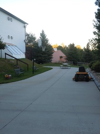 Bavarian Inn, Black Hills: They even have a place to play basketball by the outdoor pool area.