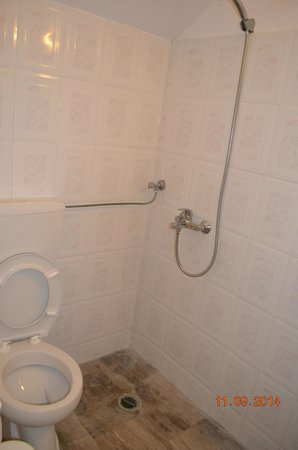 Aegean Plaza Hotel: Not a 4 stars hotel bathroom