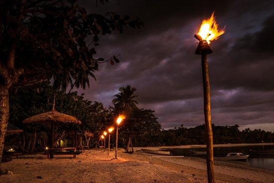 Nanuya Island Resort: Evening along the beach