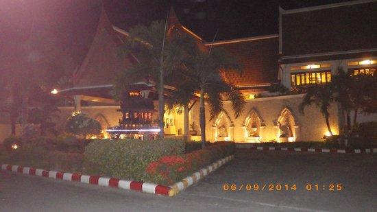 Deevana Patong Resort & Spa : Lobby at night