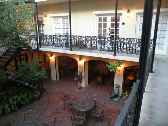 Eliza Thompson House Savannah : courtyard view of rooms with breakfast below