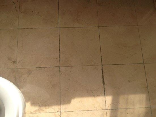Orange Hotel Seclect Shanghai Waitan Wusong Road: Bathroom floor