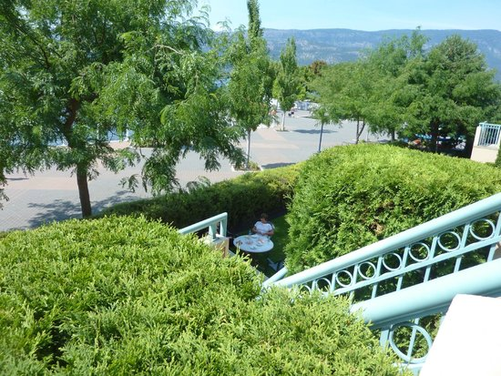 Delta Hotels by Marriott Grand Okanagan Resort : Unsecured access directly from boardwalk to the shared balcony