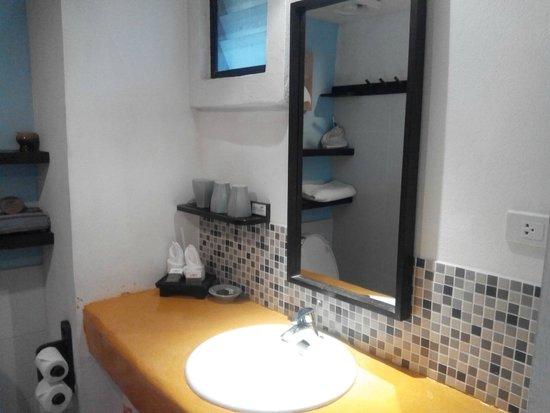 Phra Nang Inn: bathroom