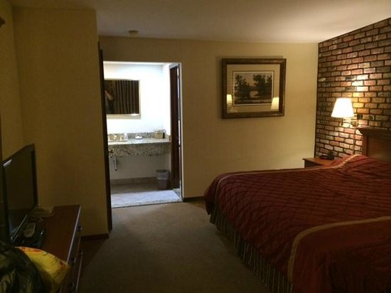 Chalet Inn & Suites: level 200 King Room example 2