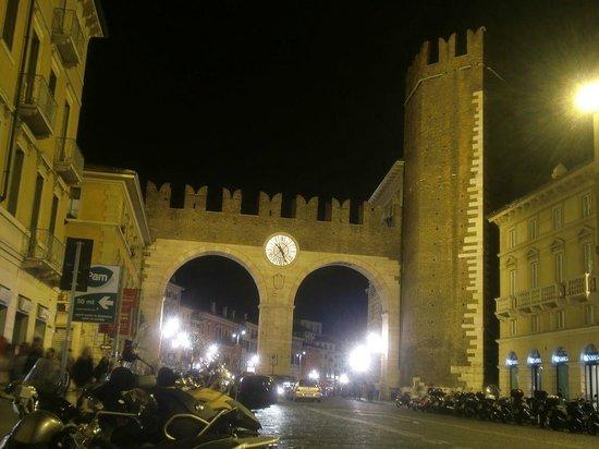 I Portoni della Bra : Ao entrar na Piazza Bra pelo Corso Porta Nuova, observe o relógio,a estrutura defensiva mais int