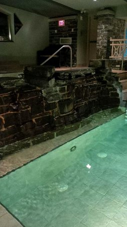 Delta Banff Royal Canadian Lodge: Pool Waterfall