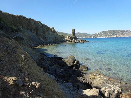 Invisa Hotel Club Cala Blanca: Einsamer Strand 300 Meter vom Hotel, toll zum klettern