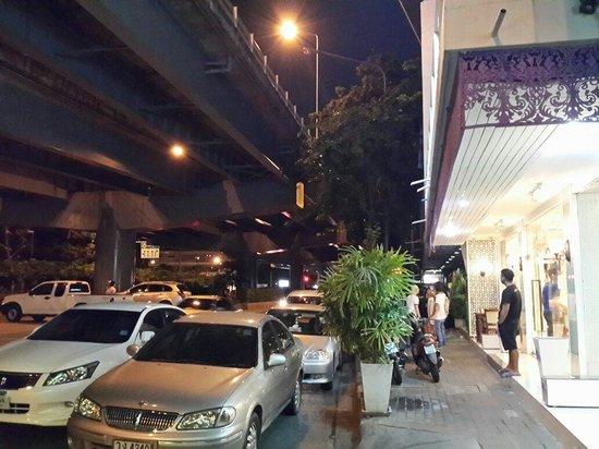 Orchid Hostel: Hotel dilihat dari depan. Tepat di pinggir jalan raya