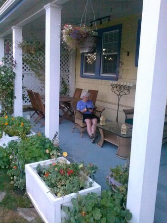 The Carlton Inn Bed & Breakfast: Enjoying the gardewn patio on a pleasant summer evening.
