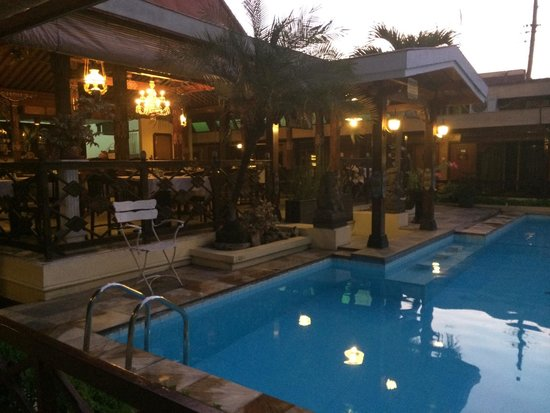 Istana Batik Ratna Hotel: Belle piscine