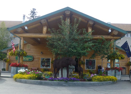 Pike's Waterfront Lodge: Front of Lodge
