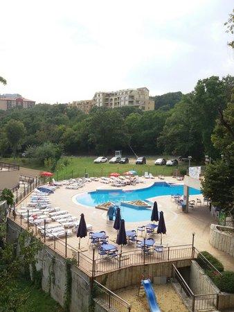 Gradina Hotel: Вид с балкона, 6й этаж нечётная сторона. На фото: бассейн гостиницы Holiday Park. За левой грани