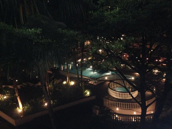 Treetops Executive Residences Singapore: Swimming pool at night from our veranda