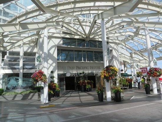 Pan Pacific Vancouver: Elegant Entrance