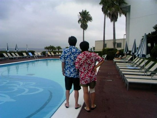 Kannonzaki Keikyu Hotel: ホテルプール前レンタルアロハの二人